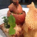 Cabillaud rôti oignon farci aux petits pois maraîchers et jus de veau réduit, pommes gaufrettes