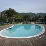 piscina con area attrezzata
