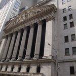 最近ではめずらしい星条旗のない証券取引所