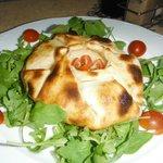 Provolone en costra con rúcula y cherry/ Provolone in bread crust with rocket and cherry tomato