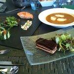 Une sélection d'entrées (millefeuille au foie-gras)