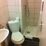 petite salle de bain avec bac à douche abimé