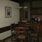 il salotto e la cucina dietro