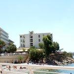 наш отель справа - белый с синими балкончиками