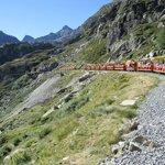 Croisement de trains peu avant l'arrivée au Pied du barrage d'Artouste