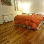 amplia habitación con somier y calefaccion
