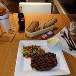 Ótimo contra-filé com fritas belgas e gostoso pão