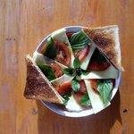 Das Oktoberspezial: Tomate- Mozarella mit Balsamicovinigret und Toast.