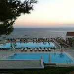 Vista della piscina al tramonto, relax di fine stagione.