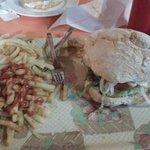 hamburguesa completa con patatas fritas de verdad