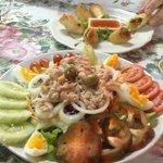 Спринг роллы и салат из тунца