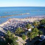 La spiaggia vista dalla terrazza del Sympathy