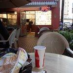 店の外のテーブルで食べる事も出来ます。