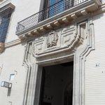 porche ; façade hotel