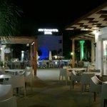 Вид ночью на бар и бассейн