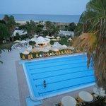 piscine avec le bar et au fond la mer - vue prise de ma chambre