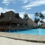 Bar au dessus de la piscine et proche de la plage