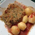 Pescado con salsa pomodoro y papas al horno