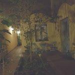 il primo patio all'ingresso