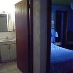 Vista del pasillo a habitacion doble y baño
