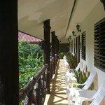 Balkonen ud for værelserne på første sal