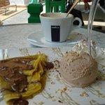 pannenkoek met ijs en chocolade met een lekkere koffie, heerlijk!