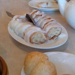 Rice noodle roll stuffed with crispy dough
