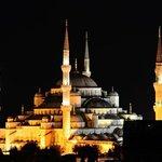 Desde la terraza del hotel: nocturna de la Mezquita de Sultanahmet