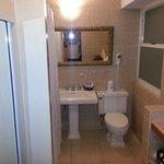 Baño, con el armario y la caja fuerte a la izquierda