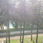 piscina immersa nel verde giardino del castello