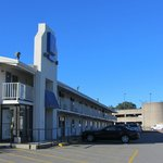 Le devant du bâtiment principal motel (le métro est au bâtiment rond)