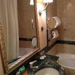 bagno super piccolo ma maestoso nel suo arredamento. wc lavandino vasca /doccia e bidet per fort