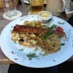Nürnberger mit Bratkartoffeln und Sauerkraut