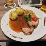 Schweinebraten mit Klößen und Sauerkraut