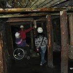 Pilares de madera en el interior de la mina