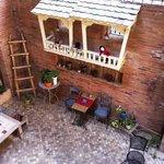 Blick in den Innenhof-Sitzplatz von der Innenhof-Terrasse
