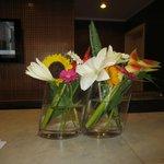 jeden Tag werden überall frische Blumenarrangements aufgestellt - sehr schön