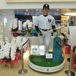 国民栄誉賞を祝う蘭に囲まれる松井選手のフィギュア