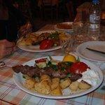Lecker Schwertfisch sowie Souvlaki-Lamm
