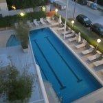 la bella piscina con l'idromassaggio