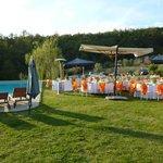 il prato e la piscina in preparazione per il ricevimento