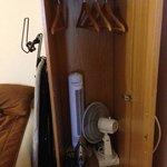 armario, tabla de planchar y refrigeracion habitacion