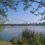 Puente de Lusitana desde la ribera del Guadiana