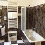 Spacious bathroom - room 6