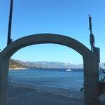 Blick aus einer kleinen, gemütlichen Snackbar auf eine der beliebtesten Strandbuchten der Gegend