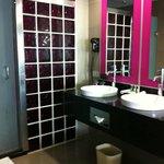 2 lavabos, immense douche, toilette séparée et bain a remous dans la chambre