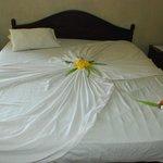 Каждый день цветочные узоры на постели были разные