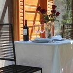 Mesa para cena romántica en terraza de habitación