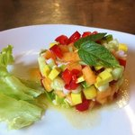 tartare di verdure, frutta e gamberi a mezzogiorno