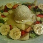 Fruta fresca con helado de coco y sopa de piña